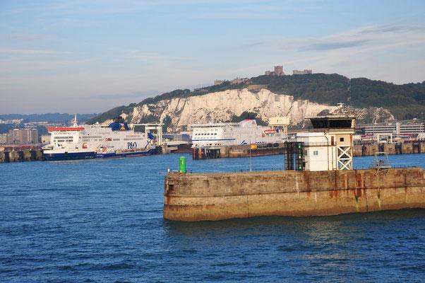 Fährhafen von Dover mit Blick auf Dover Castle