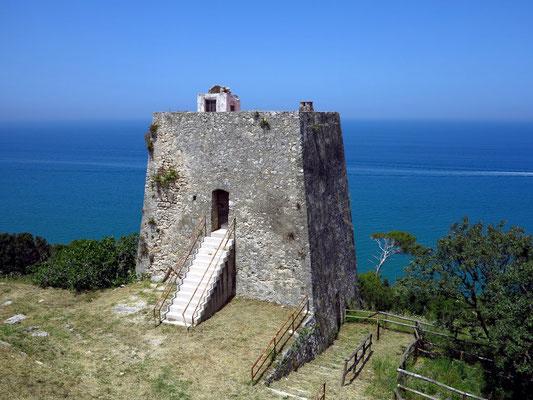 Wachtturm an der Küste westlich von Peschici