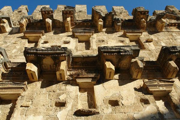 Die Innenseite des Bühnenhauses war mit reichhaltigem Säulenschmuck, Balkenwerk, Friesen, Rosetten und Ornamenten verziert, wovon die heutigen Reste noch einen guten Eindruck geben.