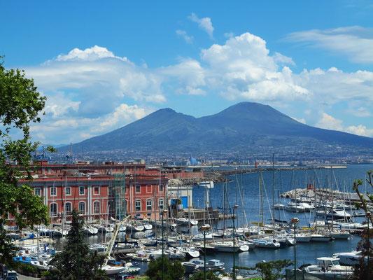 Jachthafen Porticciolo Molosiglio und Vesuv
