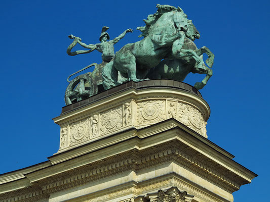 Heldenplatz, Skulptur auf der Kolonnade