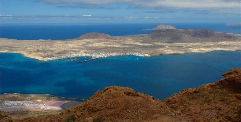 Blick vom Mirador del Río nach NW auf die Inseln La Graciosa, Montaña Clara und Alegranza (rechts), unten links die Salinas del Río