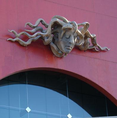 Las Palmas, Medusenhaupt an der Seeseite des Konzerthauses Auditorio Alfredo Kraus