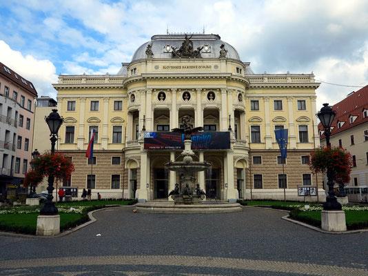 Das alte Gebäude des Slowakischen Nationaltheaters, 1884–86 als Stadttheater vom Büro Fellner & Helmer am Hviezdoslav-Platz erbaut