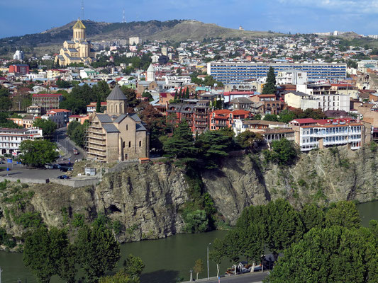 Blick von der Nariqala-Festung auf Tbilisi mit dem Fluss Kura, der Metechi-Kirche (13. Jh.) und der Sameba-Kathedrale