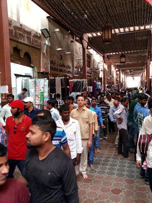 Im Souk von Al Bastakiya. Inder in einer Schlange zum Shiva-Tempel