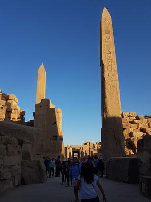 Zwei Obelisken von Thutmosis I. (rechts, 20 m hoch) und von Hatschepsut (29,5 m) zwischen dem IV. und V. Pylon. Es sind die größten Obelisken, die in Ägypten jemals aufgestellt wurden.