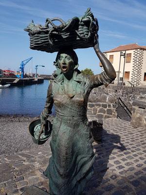 Skulptur einer Fischverkäuferin am Strand des Puerto Viejo