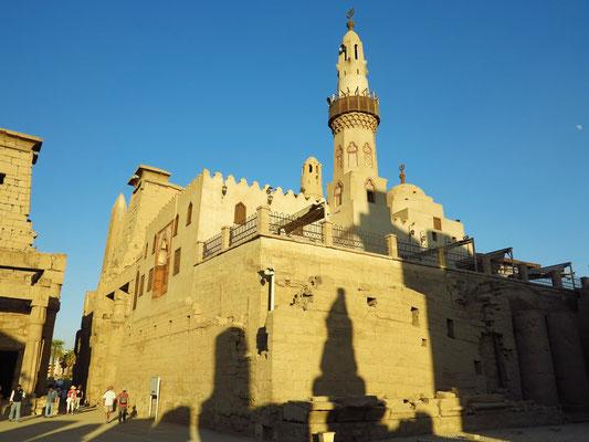Moschee des Abu el-Haggag. Die Moschee steht etwa fünf Meter über dem Tempelniveau, da zur Zeit ihres Baus der Tempel bis auf dieses Niveau verschüttet war.