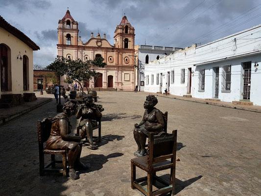 Camagüey, Plaza del Carmen mit Iglesia de Nuestra Señora del Carmen, Bronzefiguren von Martha Jiménez