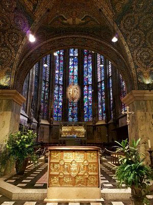 Aachener Dom, Blick in die Chorhalle. Hauptaltar mit Pala d'oro, um 1020. 17 Einzeltafeln aus getriebenem Goldblech, dahinter Marienschrein und Strahlenkranzmadonna