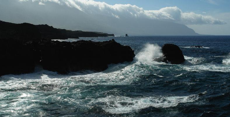 Blick von Punta Grande nach W auf die Steilküste von El Golfo