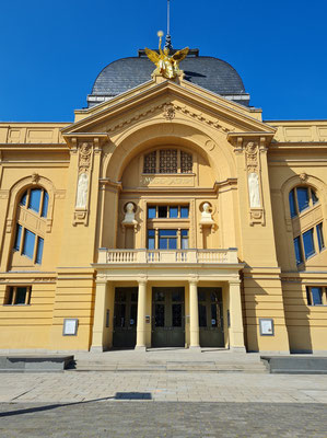 Neues Fürstliches Theater (Eröffnung 1902), Fassade im Stil der Neo-Renaissance, ornamentale Elemente im Jugendstil