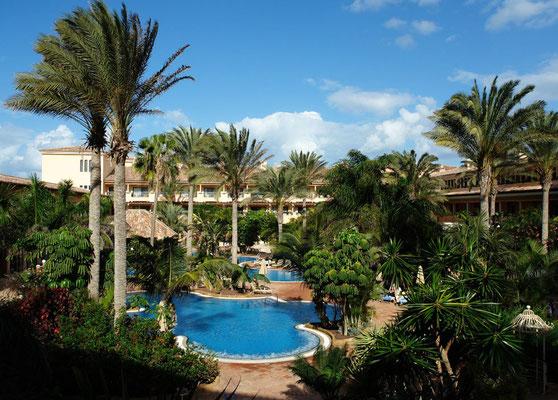 Corralejo, Garten und Swimmingpool des Hotels Atlantis Bahía Real