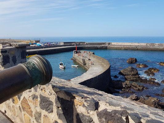 Bateria de Santa Barbara, Befestigungs- und Verteidigungsanlage von Puerto de la Cruz.  Sie wurde gebaut, um den Puerto Viejo vor möglichen Angriffen von Piraten und Freibeutern zu verteidigen.