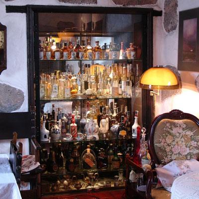 Glasschrank im Palacio Marqués de Herrera y Rojas