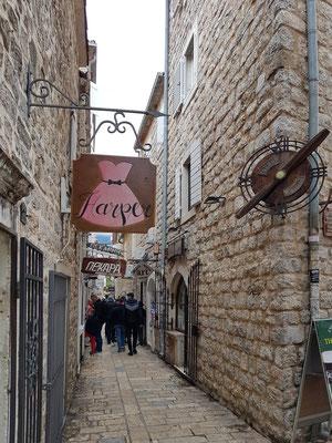 Gasse in der Altstadt von Budva