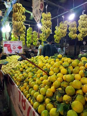Stand mit Bananen und Orangen