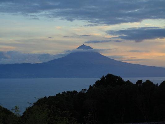 Blick von São Jorge auf den Ponta do Pico (2351 m) auf der Insel Pico