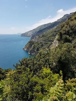 Blick von der Chiesa San Pancrazio Martire auf die Amalfiküste nach Westen bis Capri