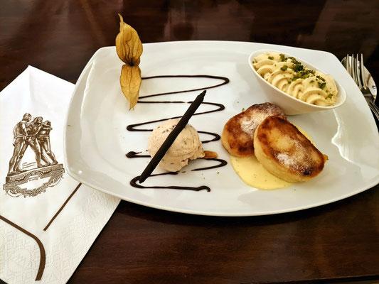 Zum Dessert: Leipziger Quarkkäulchen (in der Pfanne gebratene Klößchen aus Quarkteig) mit Apfelflan auf Vanillesauce mit Zimteis