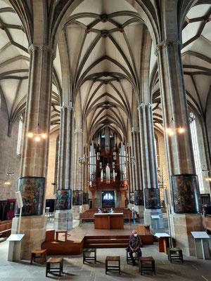 Erfurter Dom, Blick in das Hauptschiff nach Westen, Tafelbilder an den Langhauspfeilern