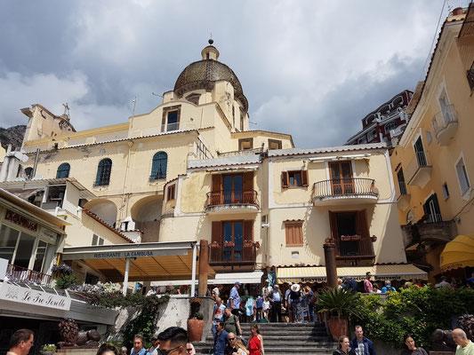 Positano. Blick von der Via Marina Grande auf die Chiesa di Santa Maria Assunta
