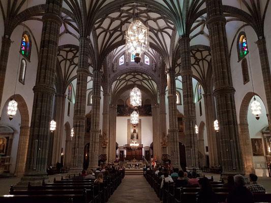 Las Palmas, Kathedrale Santa Ana. Die von Bündelpfeilern getragene Halle besteht aus drei Schiffen mit Seitenkapellen.