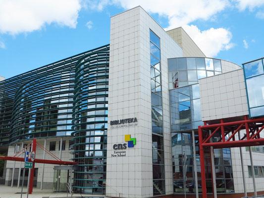 Biblioteka Publiczna Miasta i Gminy w Słubicach. Das Collegium Polonicum ist eine Gemeinschaftseinrichtung der Adam-Mickiewicz-Universität in Posen und der Europa-Universität Viadrina in Frankfurt (Oder).