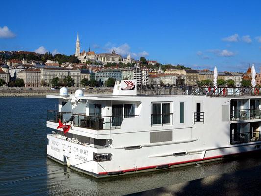 Donau-Kreuzfahrtschiff, Blick zum Stadtteil Buda mit dem Burgberg (Matthiaskirche und Hotel Hilton)