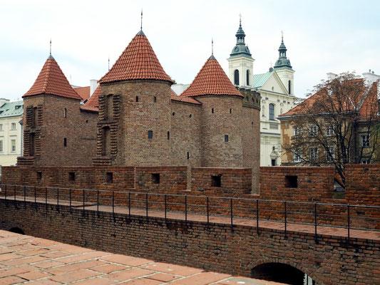 Der Barbarkan von Warschau, dahinter der Kern der Altstadt