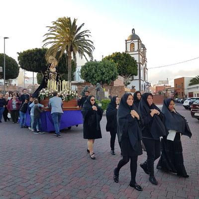 Feierlicher Schweigemarsch der trauernden Frauen in Schwarz hinter dem Sarg