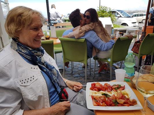In der GM-Bar (bei Rebecca) in Procida: Insalata Caprese ...