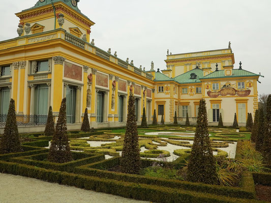 Wilanów-Palast, Parkseite. Der Wilanów-Park wurde im 17. Jh. im Barockstil nach italienisch-französischem Vorbild gestaltet.