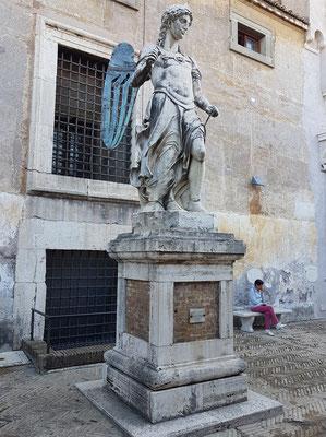 Der von Raffaello da Montelupo geschaffene Erzengel aus Marmor, der heute im Innenhof der Engelsburg, dem Cortile dell'Angelo, zu sehen ist