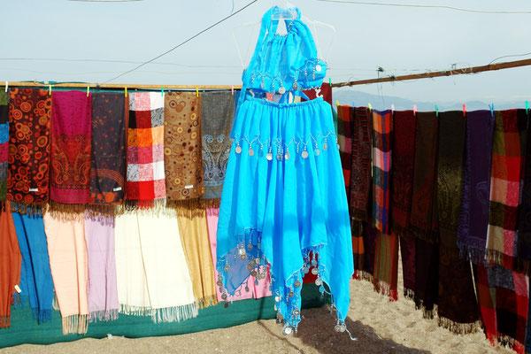 Typische Waren zum Verkauf: Tücher und Schals