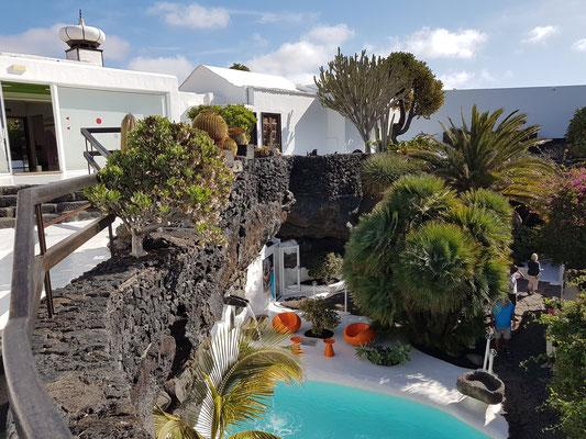 """Blick in den """"Jameo"""", eine durch den Einsturz der Decke entstandene vulkanische Grotte, die von Manrique als Schwimmbecken genutzt wurde"""