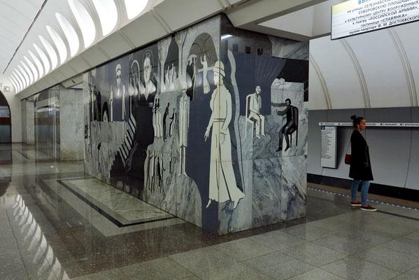 Dostoevskaja. An vier Pylonen finden sich an der Seite des Mittelteils der Halle in Marmor eingemeißelte Bildkompositionen, die prominente Motive jeweils aus einem der vier wichtigsten literarischen Werke Dostojewskis darstellen.