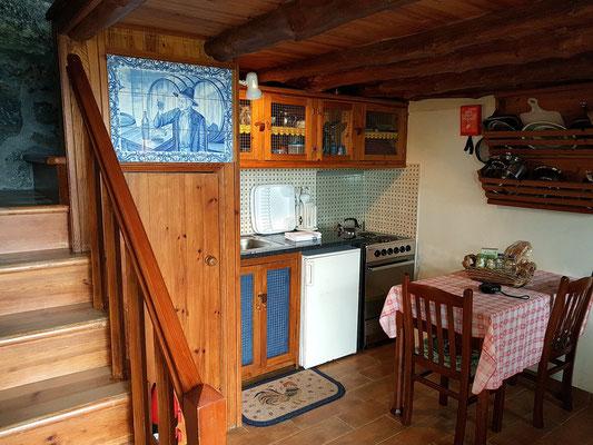 Casa da Vinha, unser kleines Ferienhaus für Selbstversorger in Prahinha de Baixo, Wohnraum mit Küche und Bad im Untergeschoss