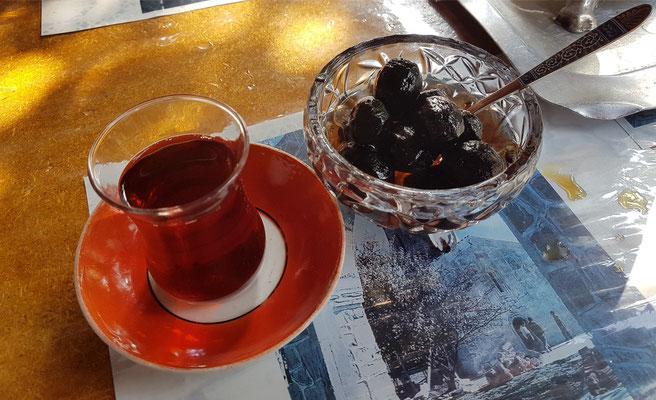 Eingelegte schwarze Walnüsse zum Tee