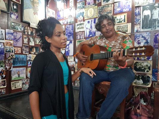 Xiomara Vidal (Gitarre), bekannte kubanische Sängerin und Komponistin