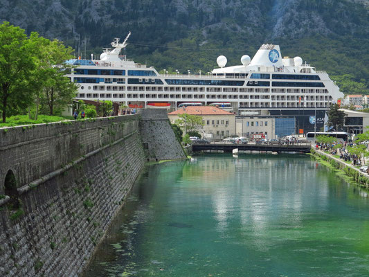 """Nördliche Stadtmauer von Kotor mit Kampana Tower, Blick nach Westen zum Hafen mit dem Kreuzfahrtschiff """"Azamara Pursuit"""""""