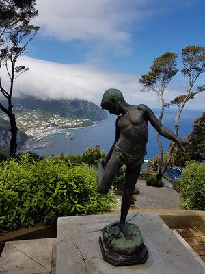 Statue eines Knaben im Garten der Villa Lysis