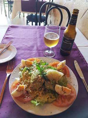 Ensalada de la Casa mit pikanter Roquefort-Sauce, dazu ein Cerveza Dorada Especial