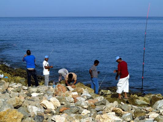Angler am Freitagnachmittag in der Bucht von Yiti