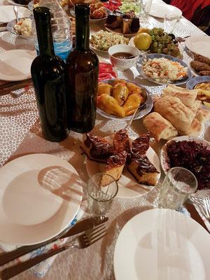 Georgisches Abendessen in einem kleinen Restaurant in Langodechi