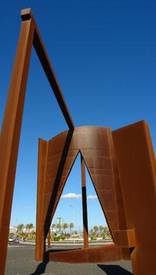 Arrecife.  Monumentalskulptur von José Abad vor dem Gebäude der Inselregierung