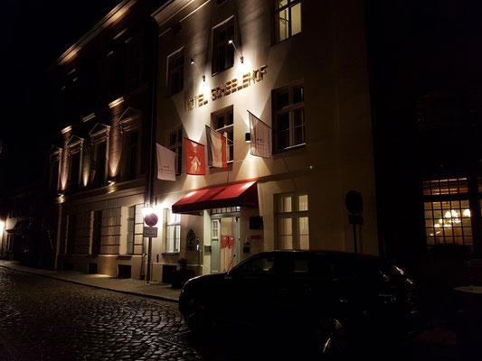 Nächtliche Impression: Schillstraße mit Romantik Hotel Scheelehof