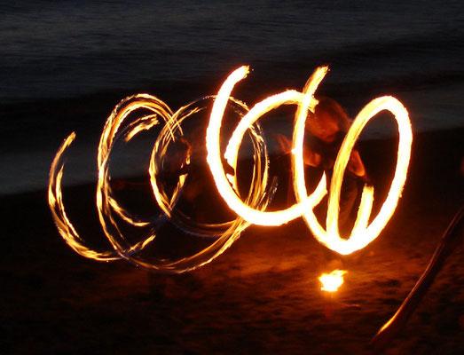 Trommeln und Feuertanz nach Sonnenuntergang