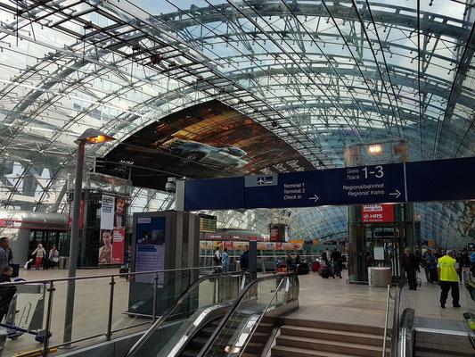Frankfurt Flughafen Fernbahnhof, Eingangshalle (Verteilerebene) mit Glaskuppel (1999 fertiggestellt)